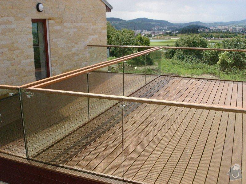 Dodávku skleněného zábradlí s dřevěným madlem: predloha