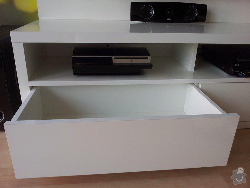 Víte kam chodí televize spát? TV PANEL/HIFI Stůl: 20120906_153729