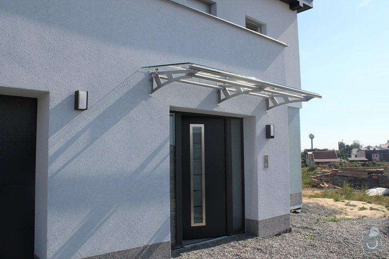 Skleněný přístřešek ke vchodovým dveřím a skleněné zábradlí k francouzskému oknu: IMG_1530