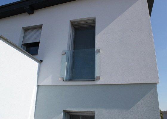 Skleněný přístřešek ke vchodovým dveřím a skleněné zábradlí k francouzskému oknu