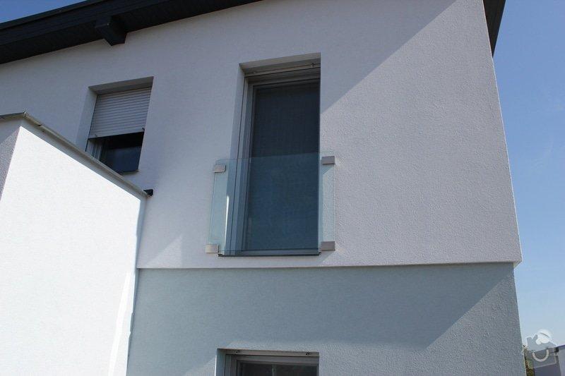 Skleněný přístřešek ke vchodovým dveřím a skleněné zábradlí k francouzskému oknu: IMG_1535