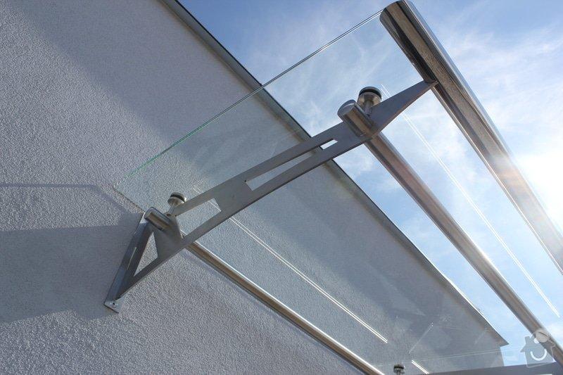 Skleněný přístřešek ke vchodovým dveřím a skleněné zábradlí k francouzskému oknu: IMG_1541