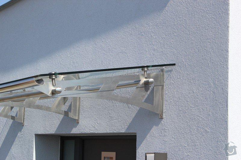 Skleněný přístřešek ke vchodovým dveřím a skleněné zábradlí k francouzskému oknu: IMG_1532