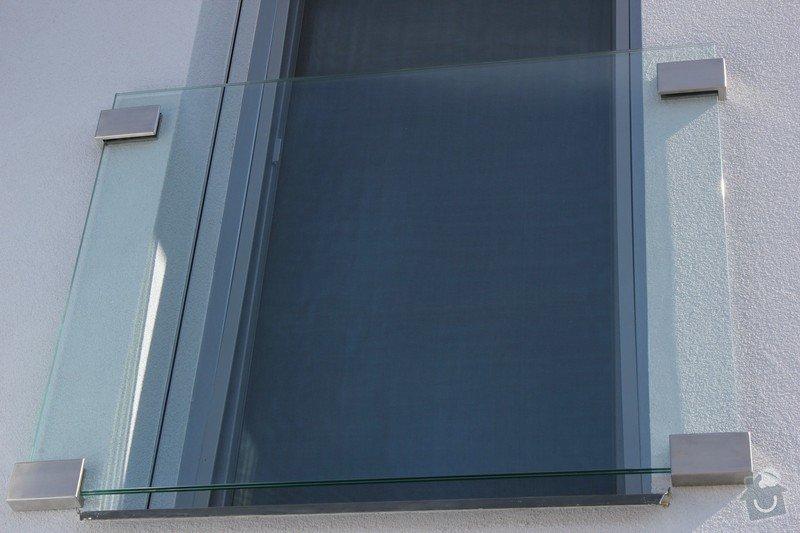 Skleněný přístřešek ke vchodovým dveřím a skleněné zábradlí k francouzskému oknu: IMG_1543