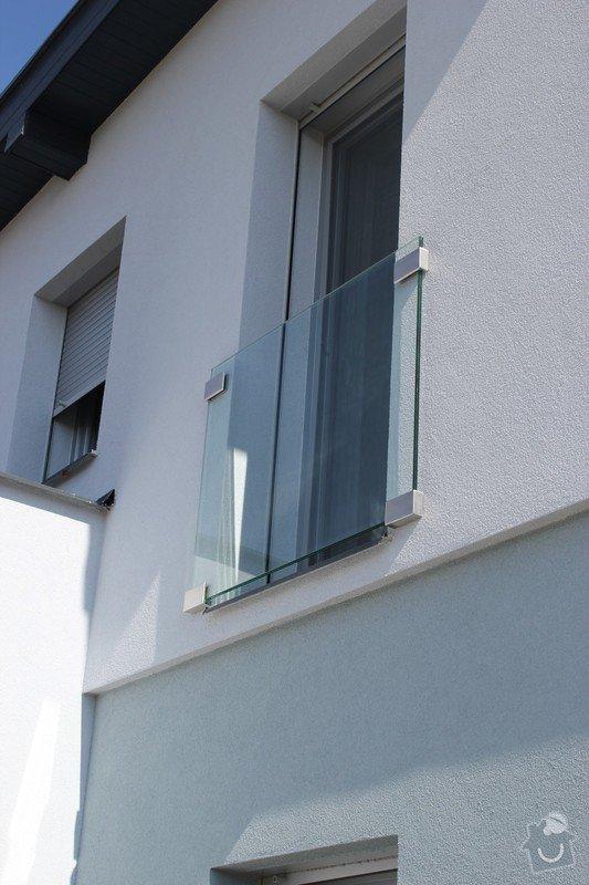Skleněný přístřešek ke vchodovým dveřím a skleněné zábradlí k francouzskému oknu: IMG_1544