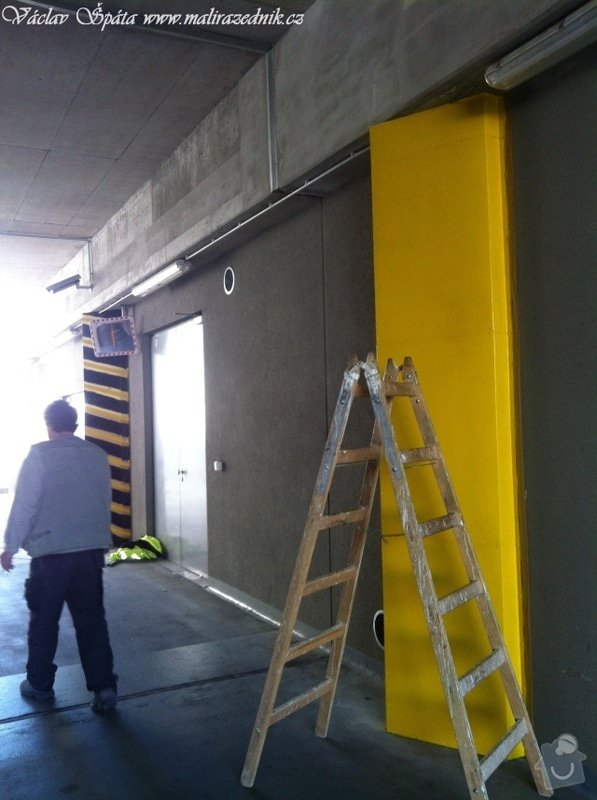 Bezpečnostní nátěr na  hlukových zástěnách .Povrch :podklad žlutá,šikmé černé pruhy v areálu Prosek Point,Prosecká 851/64,Praha 9.: IMG_1753