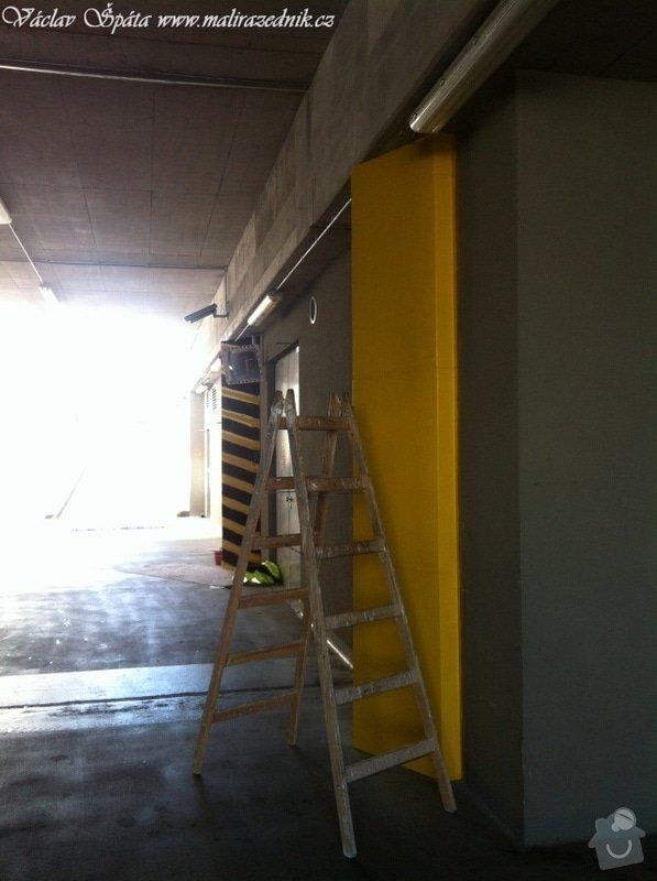Bezpečnostní nátěr na  hlukových zástěnách .Povrch :podklad žlutá,šikmé černé pruhy v areálu Prosek Point,Prosecká 851/64,Praha 9.: IMG_1755
