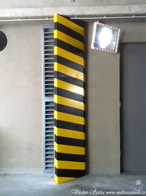 Bezpečnostní nátěr na  hlukových zástěnách .Povrch :podklad žlutá,šikmé černé pruhy v areálu Prosek Point,Prosecká 851/64,Praha 9.: IMG_1760