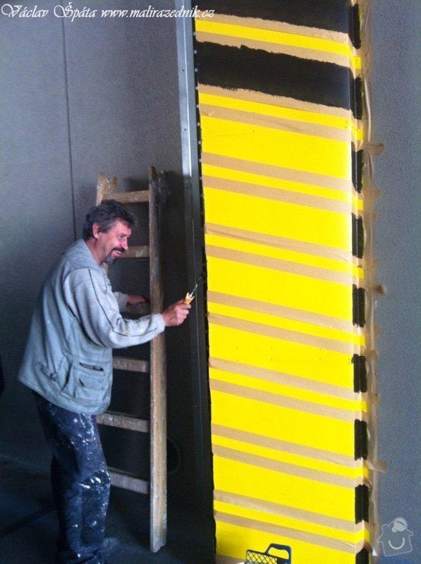 Bezpečnostní nátěr na  hlukových zástěnách .Povrch :podklad žlutá,šikmé černé pruhy v areálu Prosek Point,Prosecká 851/64,Praha 9.: IMG_1763