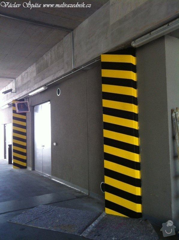 Bezpečnostní nátěr na  hlukových zástěnách .Povrch :podklad žlutá,šikmé černé pruhy v areálu Prosek Point,Prosecká 851/64,Praha 9.: IMG_1766