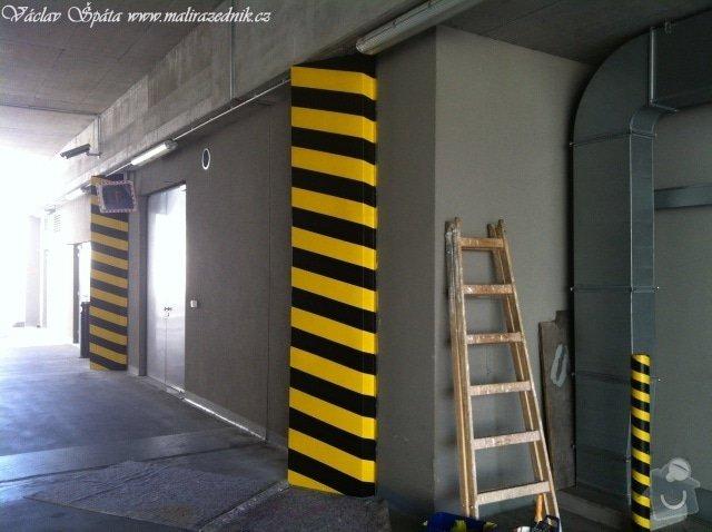Bezpečnostní nátěr na  hlukových zástěnách .Povrch :podklad žlutá,šikmé černé pruhy v areálu Prosek Point,Prosecká 851/64,Praha 9.: IMG_1767