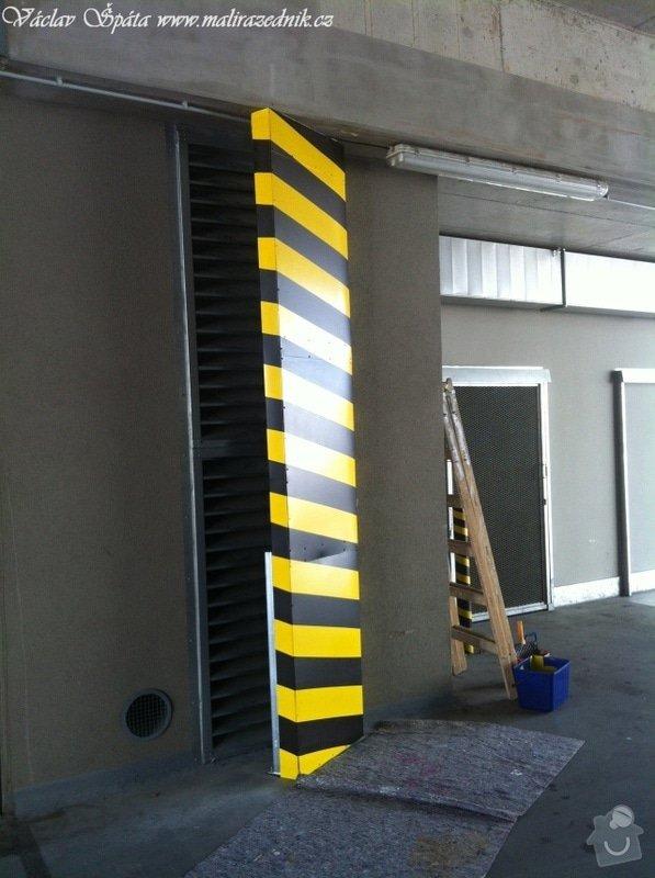 Bezpečnostní nátěr na  hlukových zástěnách .Povrch :podklad žlutá,šikmé černé pruhy v areálu Prosek Point,Prosecká 851/64,Praha 9.: IMG_1769