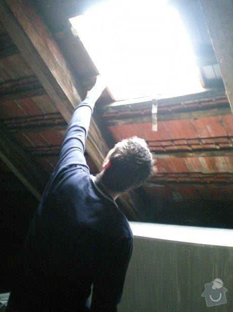 Oprava střechy činžovního domu v Praze: puda_01_u_vchodu_na_pudu_01