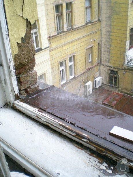 Oprava střechy činžovního domu v Praze: puda_okap_nad_oknem_Soukenicka_9