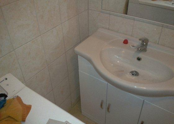Zazdění díry ve zdi, oprava obkladů v koupelně