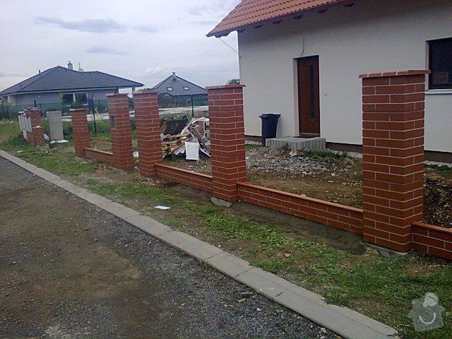 Řemeslníci na vyzdění plotových sloupků z prefabrikátu: plot_mnisek