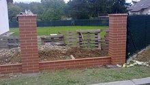 Řemeslníci na vyzdění plotových sloupků z prefabrikátu
