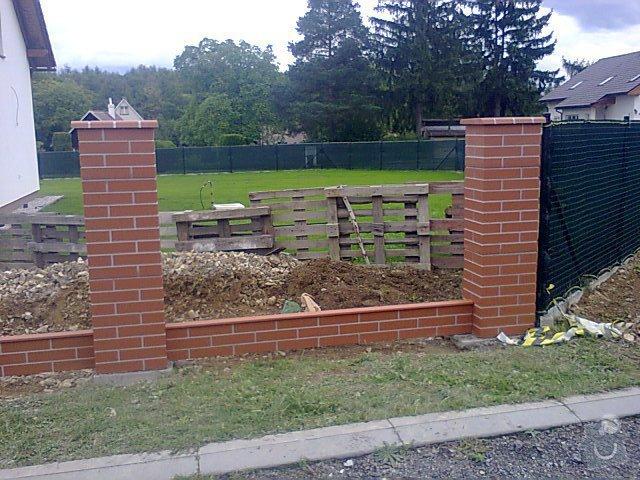Řemeslníci na vyzdění plotových sloupků z prefabrikátu: plot_mnisek_2