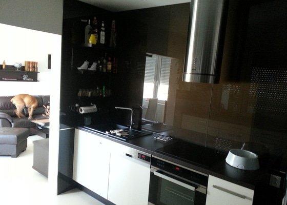 Kuchyn_pohled_na_koupelnu