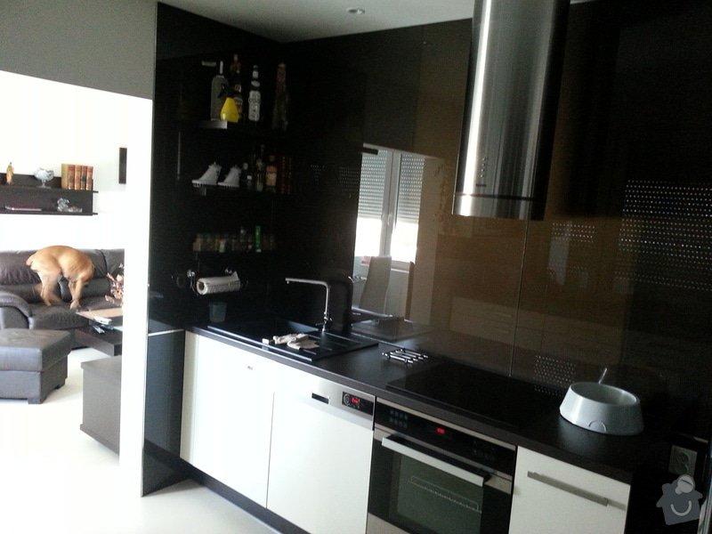 Rekonstrukce bytu: Kuchyn_pohled_na_koupelnu