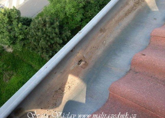 Oprava střechy a děravého žlabu pomocí horolezecké techniky