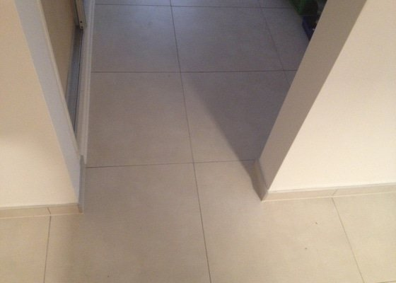 Rekonstrukce bytového jádra, pokládka dlažby kuchyně a chodby