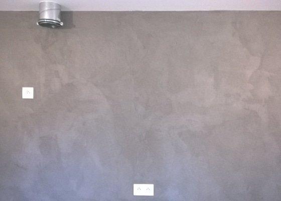 Cementová stěrka za kuchyňskou linkou