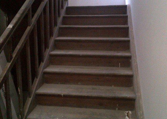 Obroušní a nalakovaní dřevěných schodů