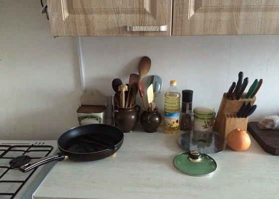 Obložení kuchyně dlaždičkami okolo kuchyňské linky a sporáku