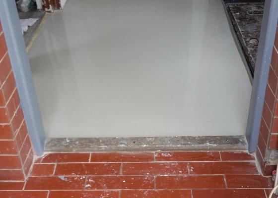 Stěrkování a lepení vinylové podlahy