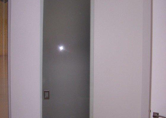 Sklenene dvere a policky z piskovaneho skla
