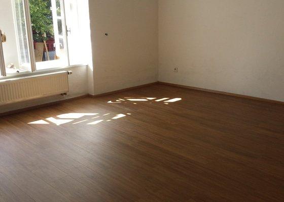 Pokládka plovoucí vinylové podlahy + vyrovnání podkladu.