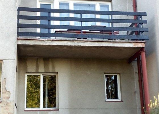 Udělat okap k balkónu a svést vodu do existující okapové roury, donatřít okapy