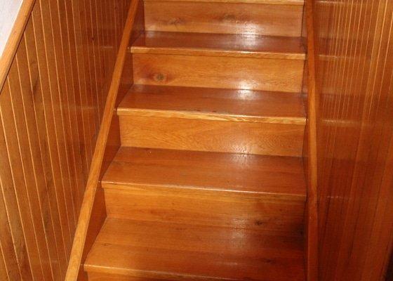 Broušení a lakování dřevěného schodiště a dubových parket