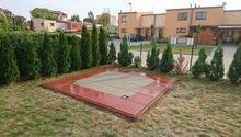 Pokládka betonových dlaždic a obrubníků na zahradu (podklad pro zahradní domek)