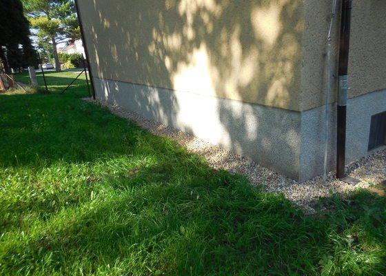 Izolaci domu a obvodové chodníky