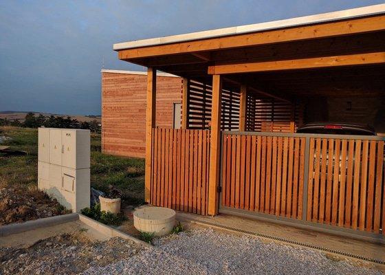 Dřevěný a drátěný plot