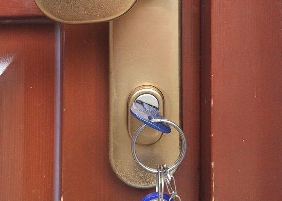 Výměna nebo oprava kování zámku, kliky bezpečnostních dveří