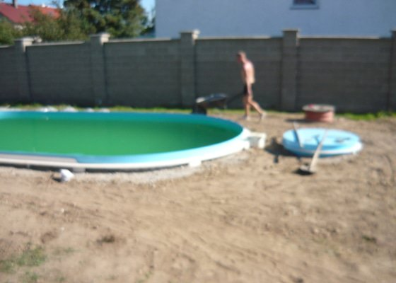 Položení dlažby kolem bazénu.