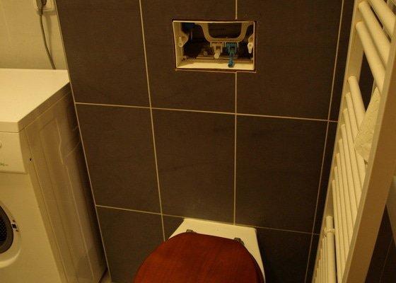 Kompletní výměna splachovací nádrže WC, zabudované ve stěně.
