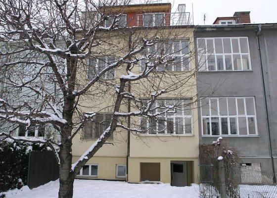 Zateplení fasády (dvougenerační řadovka), nový dvůr a chodník