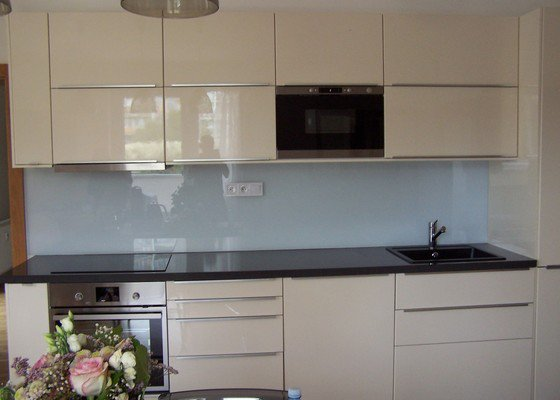 Tvrzene sklo za kuchyňskou linku