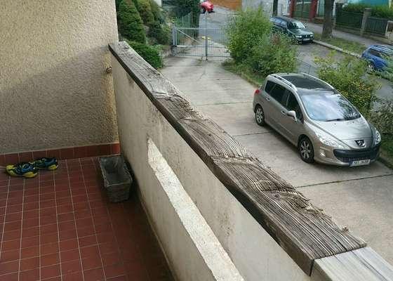 Prkno na zabradli balkona
