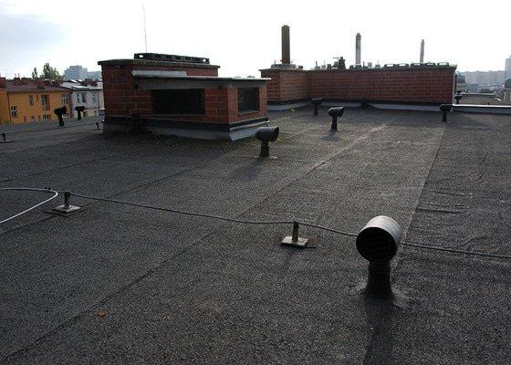 Kontrola střechy bytového domu před zimou a související drobné opravy