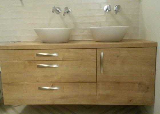 Skříň do chodby a koupelnová skříňka pod umyvadla