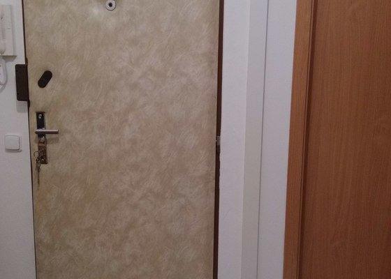 Nové čalounění vchodových dveří.