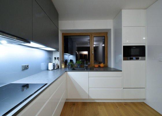 Lakovaná rohová kuchyně se skříněmi až do stropu
