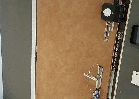 Čalounení dvou vchodových panelákových dveří (dveře do bytu)