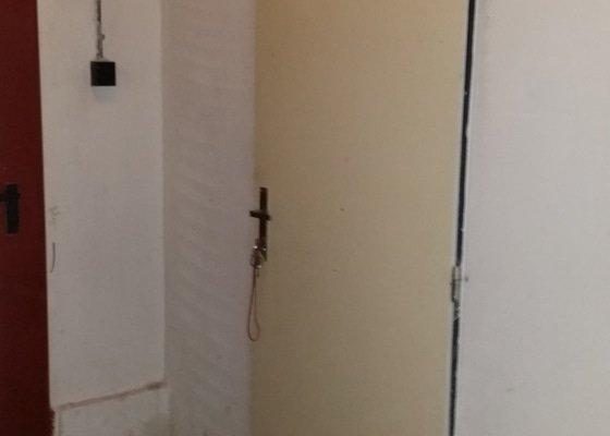 Výroba a instalace mříží před dveře do kolárny.