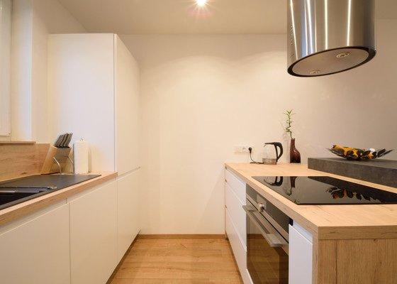 Ostrůvková kuchyně s úzkými skříněmi po straně, Plzeň